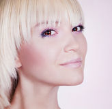 Belle fille blonde avec le maquillage parfait. Photographie stock