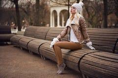 Belle fille blonde dans la pose image libre de droits