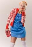 Belle fille blonde dans laineux rouge images stock