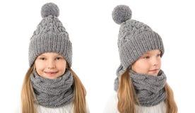 Belle fille blonde dans le chapeau et l'écharpe gris chauds d'hiver sur le blanc Vêtements d'hiver d'enfants Photographie stock libre de droits