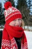 Belle fille blonde dans le chapeau et l'écharpe rouges Modèle tricotédécoratif de Noël traditionnel d'Â dans le style scandinave Photographie stock libre de droits
