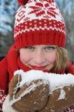 Belle fille blonde dans le chapeau et l'écharpe rouges Modèle tricotédécoratif de Noël traditionnel d'Â dans le style scandinave Photos libres de droits