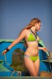 Belle fille blonde dans le procès de natation Images libres de droits