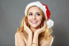 Belle fille blonde dans une robe et un chapeau d'or prêts pour Christma Photographie stock
