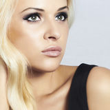 Belle fille blonde en gros plan avec les yeux verts. femme de beauté Images stock