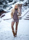 Belle fille blonde extérieure sous la neige dure photographie stock