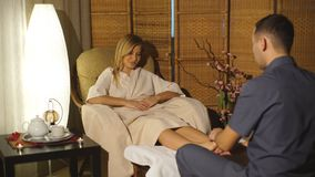 Belle fille blonde faisant le massage de pied Massage thérapeutique banque de vidéos