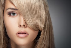 Belle fille blonde. Longs cheveux sains. Photographie stock libre de droits