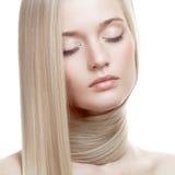 Belle fille blonde. Longs cheveux sains photographie stock libre de droits