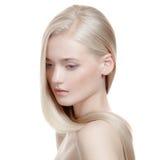 Belle fille blonde. Longs cheveux sains photo stock