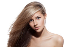 Belle fille blonde. Longs cheveux sains. Fond blanc photo libre de droits