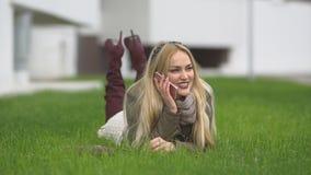 Belle fille blonde marchant en parc banque de vidéos