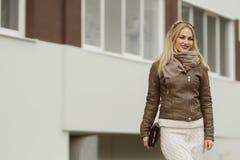 Belle fille blonde marchant en parc image stock