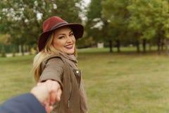 Belle fille blonde marchant en parc photo libre de droits