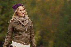 Belle fille blonde marchant en parc images stock