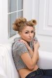 Belle fille blonde mince dans une jupe grise Photos stock