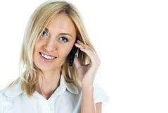Belle fille blonde parlant sur le téléphone et le sourire Photo libre de droits