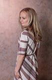 Belle fille blonde posant dans la robe Photo libre de droits