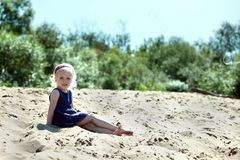Belle fille blonde se reposant sur la plage Photos stock