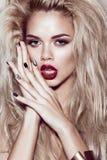 Belle fille blonde avec les lèvres sensuelles, cheveux de mode, ongles d'art noir Visage de beauté Photos stock