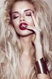 Belle fille blonde sexy avec les lèvres sensuelles, cheveux de mode, ongles d'art noir Visage de beauté Images stock