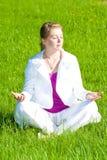 Belle fille blonde sur l'herbe verte photo libre de droits