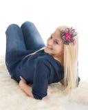 Belle fille blonde sur la basane images libres de droits