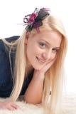 Belle fille blonde sur la basane photographie stock libre de droits