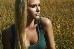 Belle fille blonde sur le field.beauty woman.nature Photo stock