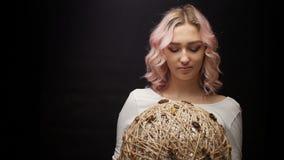 Belle fille blonde, visage d'une jeune femme aux cheveux bouclés, femme paysanne, mode du siècle dernier banque de vidéos