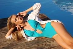 Belle fille bronzée sexy avec de longs cheveux blonds dans le maillot de bain élégant Photo libre de droits