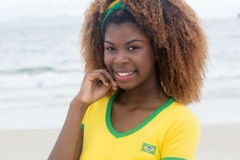Belle fille brésilienne avec la coiffure folle Photographie stock libre de droits