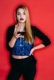 Belle fille buvant du vin rouge Images stock
