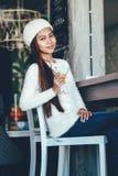 Belle fille buvant Martini dans une barre Photos stock