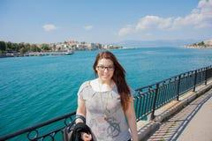 Belle fille caucasienne devant la mer Photo stock
