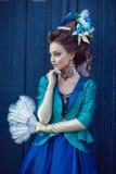 Belle fille caucasienne habillée dans le style rococo photographie stock