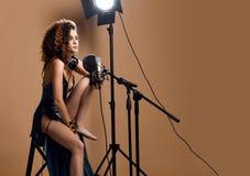 Belle fille chanteuse coiffure Afro bouclée Le chanteur de femme de beauté chantent avec la chanson de karaoke de microphone dans images libres de droits
