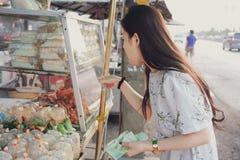 Belle fille choisissant des nourritures au marché en plein air en Thaïlande photos stock
