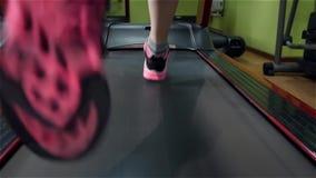 Belle fille courant sur la voie de forme physique dans le gymnase clips vidéos