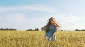 Belle fille courant sur le champ de blé ensoleillé Fps du mouvement lent 120 Fusée de lentille de Sun Concept de liberté Femme he clips vidéos