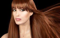 Belle fille couverte de taches de rousseur avec les cheveux rouges droits sains Photo stock
