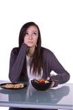 Belle fille décidant quoi manger photo libre de droits