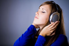 Belle fille d'écouteurs photos libres de droits