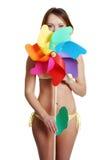 Belle fille d'été avec le moulin à vent Photos libres de droits