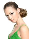 Belle fille d'adolescent avec la coiffure moderne Images stock