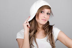 Belle fille d'adolescent dans une casquette de baseball blanche image stock