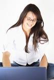 Belle fille d'affaires sur l'ordinateur portatif Photographie stock libre de droits
