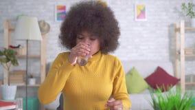 Belle fille d'afro-américain avec une coiffure Afro banque de vidéos