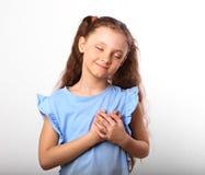 Belle fille d'enfant dans l'amour se tenant coffre et coeur deux h Photo stock