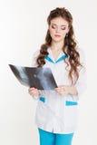 Belle fille d'interne avec la photo de rayon X Image stock